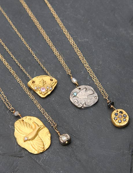 Petites médailles & fins colliers