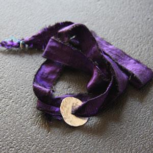 Bracelet soie violine & argent martelé