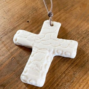 Pendentif Croix blanche biscuit