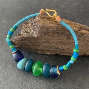 Bracelet de perles de verre anciennes vert/bleues